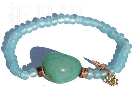 Handgemaakte armband van handgemaakte matte Afrikaanse glaskralen, met een Amazoniet edlesteen , 2 kokosnoot kraaltjes en een bloemetje aan leer.