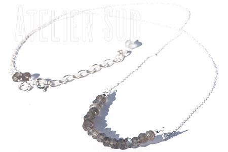 Handgemaakte fijn schakelkettinkje van sterling zilver met verstelbare sluiting, met een rij facet geslepen labradoriet edelsteentjes