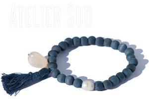 Handgemaakte armband van houten kralen en een parel. Met een linnen kwast en een natuurlijke Chalcedoon edelsteen