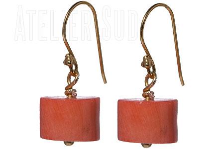 Handgemaakte goud op Sterling zilveren oorbellen met een lichtrode onbewerkte koraal van versteend bamboe.