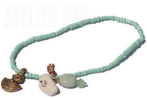 Armband van opaak glaskraal met een edelsteen, een muntje en een parelmoer aan een leertje
