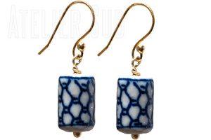 Goud op Sterling zilveren oorstekers met een hanger van Delft's Blauw porselein