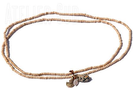 Handgemaakte ketting van naturel kraaltjes van been met jaspis dalmatiër steen, unshaped zoetwater pareltje en een koperen hangertje