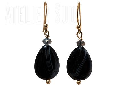 Goud op Sterling zilveren oorstekers met een klein swarovski en een grote zwarte agaat edelsteen in druppelvorm