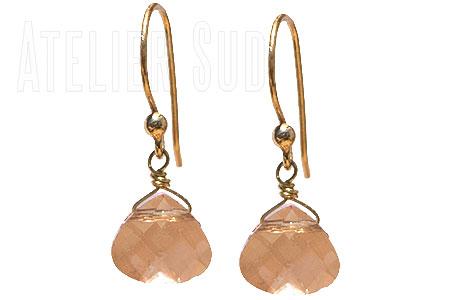 Handgemaakte 18 karaats goud op Sterling zilveren oorbellen met een facet geslepen oranje iriserend kristal in platte peervorm.