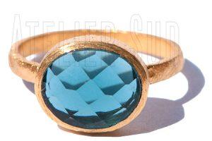 Handgemaakte goud op geborsteld Sterling zilveren ring met een facet geslepen London blue Topaz edelsteen.