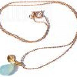 Handgemaakte korte (choker) hals ketting van goud-plated op metaal met een facet geslepen Aqua Chalcedone edelsteen en een rondje van geborsteld goud op sterling zilver.