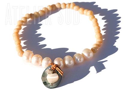 Coconha Grey, Handgemaakte armband van parels en antieke glaskraal met een grijs en een wit parelmoertje en een edelsteentje aan een leertje.