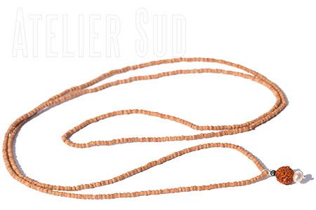 Mukhi Natural, Handgemaakte ketting van zeer fijne houten naturel kleurige kraaltjes met een hangertje van 2 zoetwater pareltjes en de gedroogde vrucht van de geluk brengende Rudraksha boom