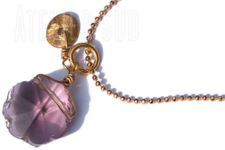 Handgemaakte korte (choker) hals ketting van goud- plated op metaal met een facet geslepen Lila Kristal en een rondje van geborsteld goud op Sterling zilver.