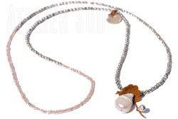 Handgemaakte ketting van koper en glas kraaltjes, een parel verkleed als bloem, met blaadjes van leer en 2 kleine hangertjes