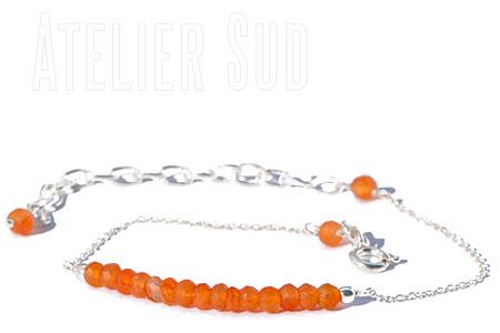 Zilveren verstelbare schakelarmband met een rij oranje carneool edelsteentjes