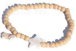 Handgemaakte armband van antieke handgemaakte glaskraaltjes met twee parelmoeren sterretjes en een langwerpig pareltje.
