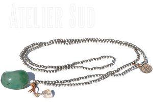 ketting van zilverkleurige kraaltjes met een Amazonite edelsteen, twee citrien edelsteentjes en een zonnetje, aan een leertje.