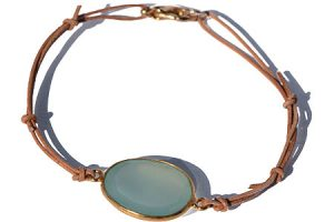 Handgemaakte verstelbare leren armband met een Aqua Chalcedoon edelsteen in goud op Sterling zilveren zetting