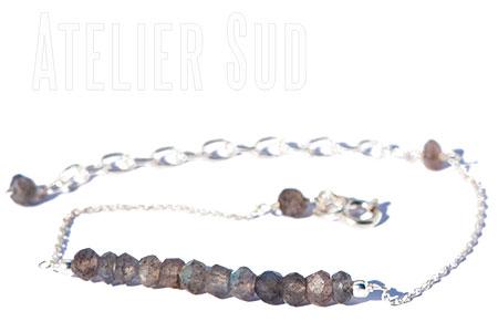 Handgemaakte verstelbare zilveren schakelarmband met een rij labradoriet edelsteentjes