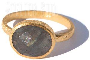 Geborsteld mat goud op Sterling zilveren ring met gefaceteerde Labradoriet edelsteen
