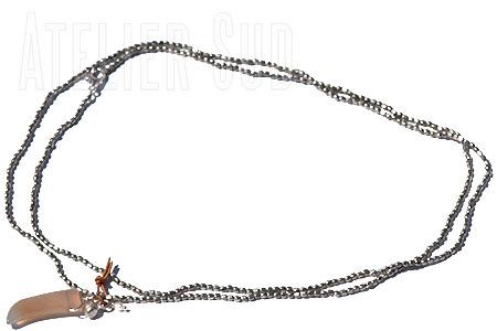Zilverkleurige metalen kraaltjes met een gelukshoorn van grijze chalcedoon met een verzilverd belletje en een pareltje aan een leertje