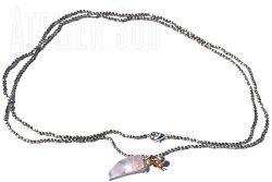 Zilverkleurige metalen kraaltjes met een gelukshoorn van rozenkwarts met een verzilverd belletje en een pareltje aan een leertje
