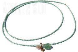 Ketting van opaak glaskraal met een edelstenen hanger, een roze parel en een metalen hangertje.