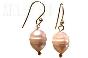 Handgemaakte goud op Sterling zilveren oorstekers met roze parels.
