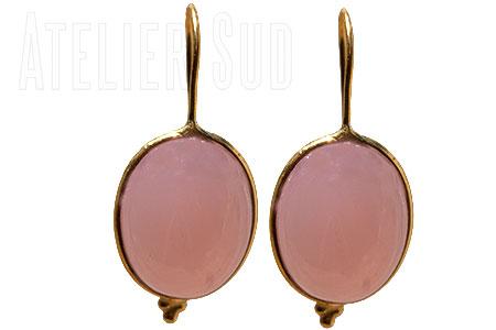 Handgemaakte goud op sterling zilveren oorhangers met een cabochon geslepen roze chalcedoon edelsteen