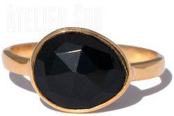 Handgemaakte goud op Sterling zilveren ring met een facet geslepen zwarte Onyx edelsteen. De ring is gevormd rond de steen