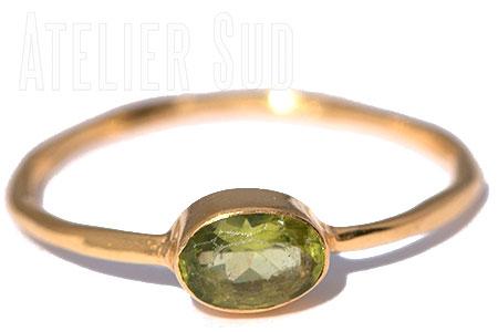 Handgemaakte ring met een facet geslepen groene Peridot edelsteen in een goud op Sterling zilveren cup