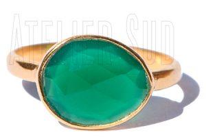 Handgemaakte goud op Sterling zilveren ring met een facet geslepen groene Onyx edelsteen.