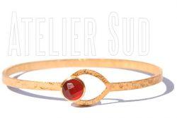 Handgemaakte armband met sluiting met goud op koper met een facet geslepen Oranje Carneool edelsteen.
