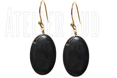Handgemaakte goud op Sterling zilveren oorbellen met een cabochon geslepen platte ovaal mat zwarte Onyx edelsteen