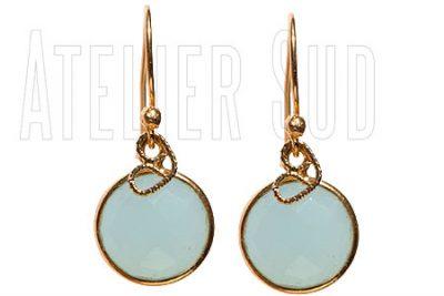 Handgemaakte goud op Sterling zilveren oorstekers met een aqua Chalcedoon edelsteen en een goud op Sterling zilveren hartje.