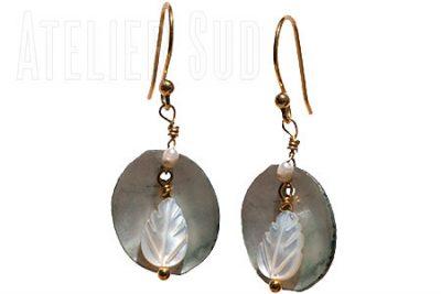 Handgemaakte goud op Sterling zilveren oorstekers met een hanger van een pareltje en een grijze ovalen parelmoeren hanger en een wit parelmoeren blaadje