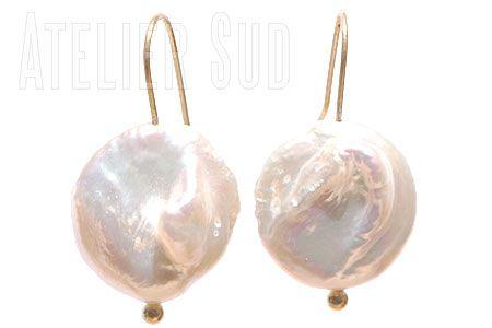 Handgemaakte goud op Sterling zilveren oorstekers met een gekweekte parel rond met onregelmatige vormen