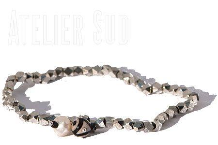 Handgemaakte zilverkleurige, kubusvormige kraaltjes armband met een agaat edelsteentje en en een pareltje