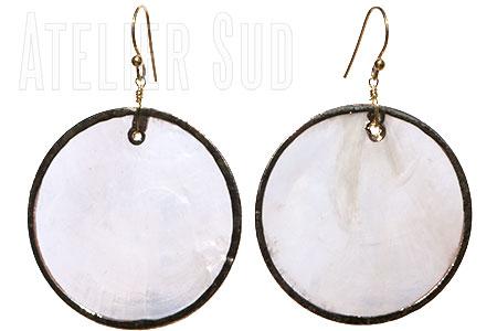 Handgemaakte oorbellen met een oorsteker van Goud op Sterling zilver en een hanger van schelp gevat in Goud op (nikkelvrij) koper