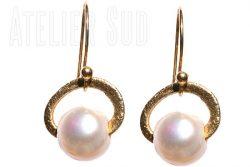 Handgemaakte oorbellen van geborsteld Goud op zilver en een 'unshaped' parel.