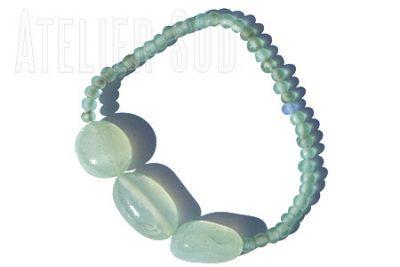Armband op elastiek van drie gepolijste Aqua Chalcedoon edelstenen en kraaltjes van gerecycled matglas.