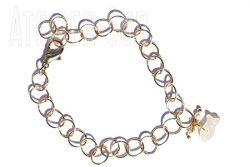 Verguld schakel-armbandje van rondjes met twee pareltjes, een parelmoeren visje en een verstelbare sluiting