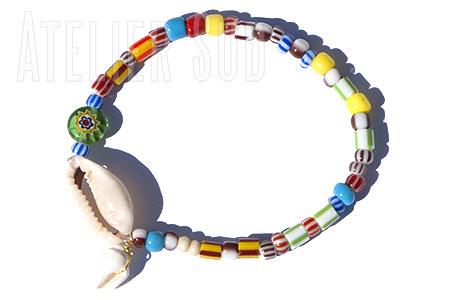 Armband van Venitiaanse glaskraaltjes en twee Afrikaanse geluksschelpjes