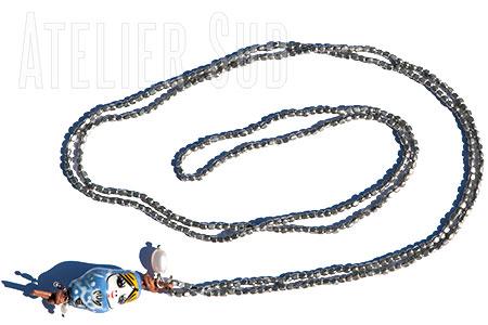Zilverkleurige kraaltjes ketting met een porseleinen Babushka, twee pareltjes en een donker pareltje
