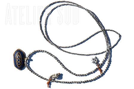 Handgemaakte ketting van metalen kraaltjes, een zilverkleurige hanger met ingelegd mozaïek en 2 bedeltjes aan 'n leertje