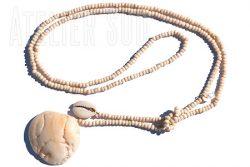 Handgemaakte ketting van benen kraaltjes, een visje van Parelmoer, een Kauri schelp