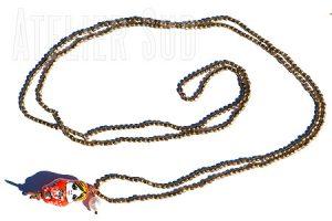 Goudkleurige kraaltjes ketting met een porseleinen Babushka, twee pareltjes en een donker pareltje