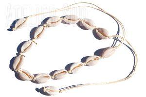Handgemaakte ketting met vijftien Kauri schelpen en vijf pareltjes