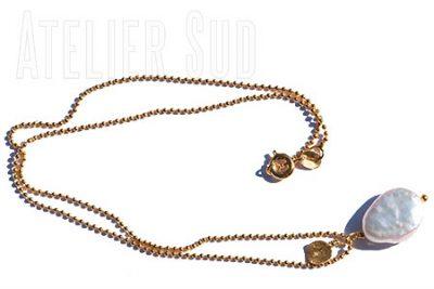 Handgemaakte korte hals ketting van goud- plated op metaal met een witte parel en een rondje van geborsteld goud op sterling zilver.