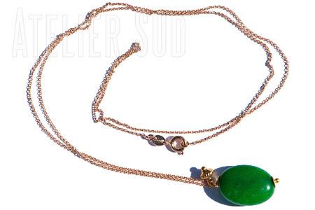 Fijn verguld schakelkettinkje met een groene chalcedoon en een goud op zilveren kraaltje