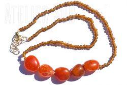 Ketting van vijf oranje Carneool edelstenen en kraaltjes van gerecycled matglas