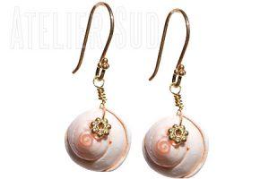 Handgemaakte oorbellen met een oorsteker van Goud op Sterling zilver en een hanger van zacht roze Spiraal schelp en een bloemetje van Goud op zilver