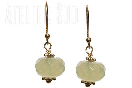Handgemaakte oorbellen van Goud op Sterling zilver en een groene facet geslepen ronde vorm Jade edelsteen